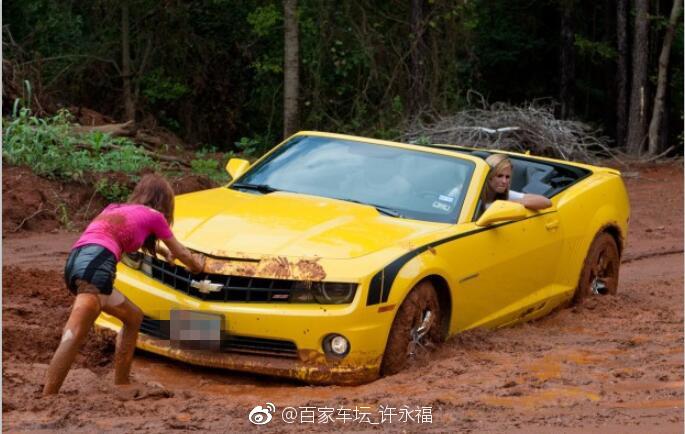 女司机驾驶雪佛兰大黄蜂进入泥潭,这次悲剧了  