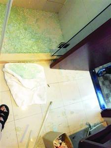 ▲英英妈妈向记者出示的┞氛片显示,大年夜量玻璃碎块落在了淋浴室内部,只有少量落在外面,英英腿上有不少划伤。/读者供图