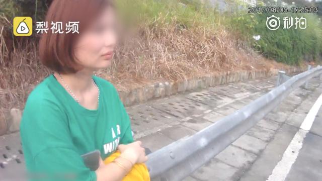 湖南一无证女子被拘 警车上自拍发朋友圈