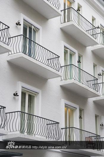 一栋白亮亮的北欧风格建筑