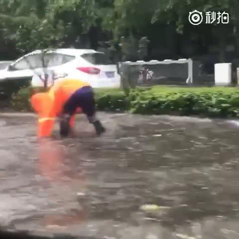 降雨致北京171处景区关闭