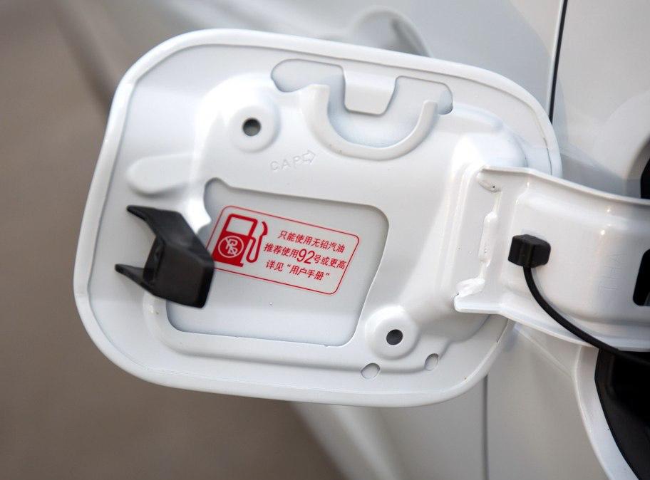 ▲关于适用汽油标号,会在用户手册和油箱盖上注明