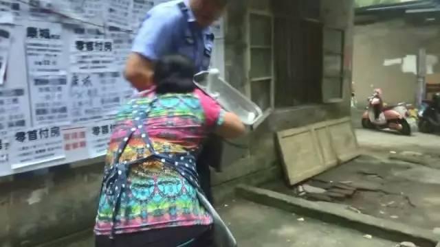 """柳州:小贩当街上演""""铁齿钢牙""""下狠口咬城管"""