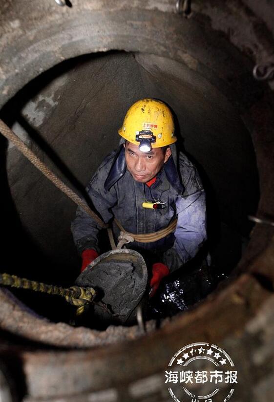 """榕地下排水管网""""大体检"""" 施工员清理井底沉淀物"""