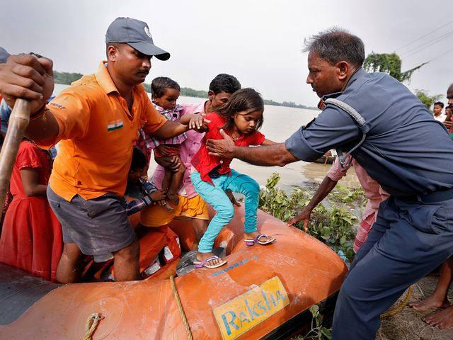 南亚洪水肆虐:800多人死亡,2400万人受灾