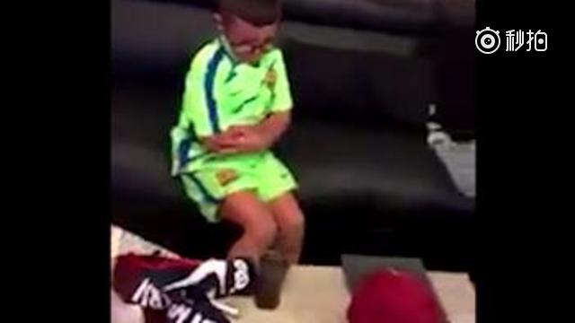 视频-巴黎被黑最惨一次! 巴萨小球迷收到巴黎球衣气哭