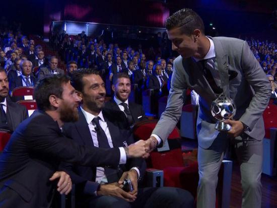 视频新闻-C罗当选欧洲最佳前锋 梅西握手祝贺