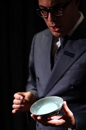2017年8月24日,苏富比专家在记者会上介绍中国艺术品2017年秋拍焦点拍品北宋汝窑天青釉洗。新华社记者 李鹏 摄