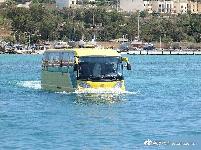 这辆大巴车深受上班族喜爱 准点到站永不堵车