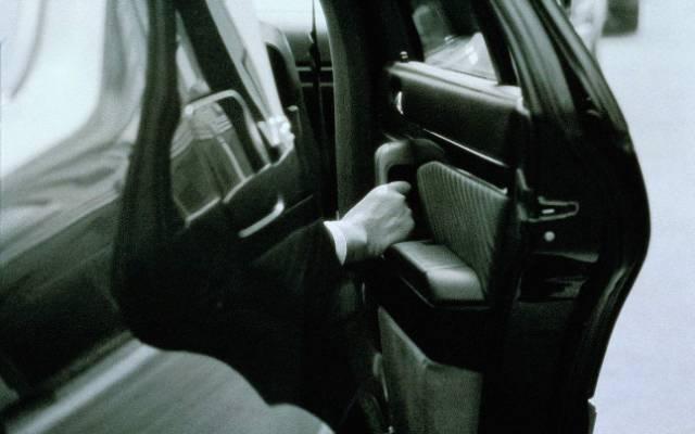 用力关车门到底伤不伤车?