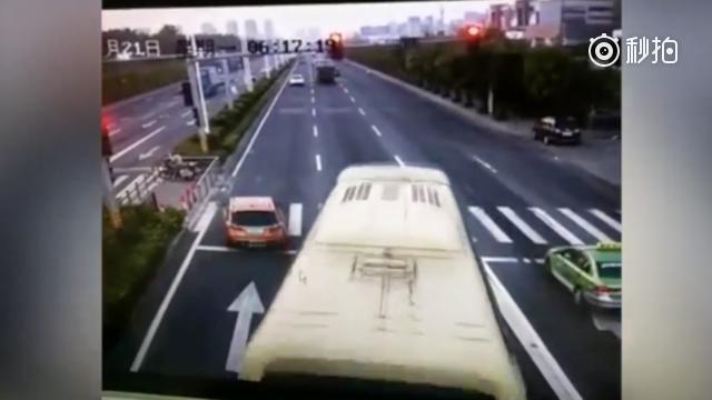 司机紧急闯红灯躲开大巴冲撞