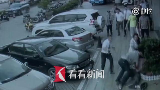 怀胎8月孕妇银行取钱遭抢劫 义警立即出手制服歹徒