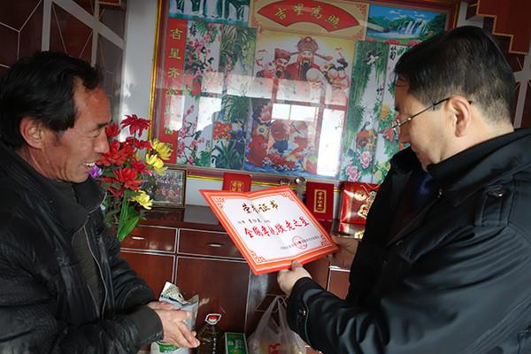 青海省精神文明建设指导委员会办公室主任张成强看望慰问李仁英。图左为李仁英。