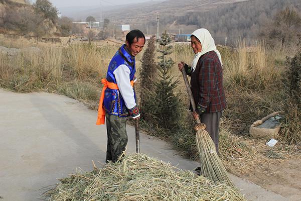 李仁英跟妻子李秋林干农活。图左为李仁英。