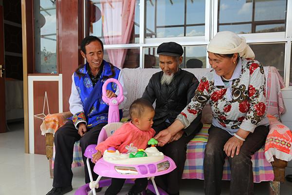 李仁英夫妻两跟李长旺老人闲坐聊天。图左为李仁英。本文图片均为互助土族自治县委宣传部供图