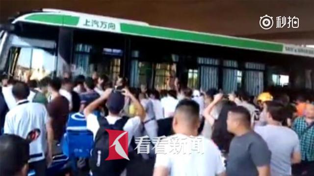 """骑车男子被撞后卷入公交车底 百名路人齐喊""""一二三""""抬车救人"""