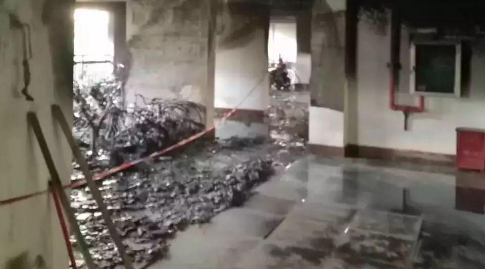 今晨南宁某小区突发火灾 几十辆电动车被烧成灰烬