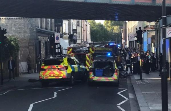 警察、救护车和伦敦交通局的工作人员已经赶往现场。