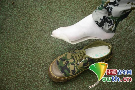 图为新生向记者展示垫有卫生巾的军训鞋。中国青年网通讯员 孙雅姝 供图