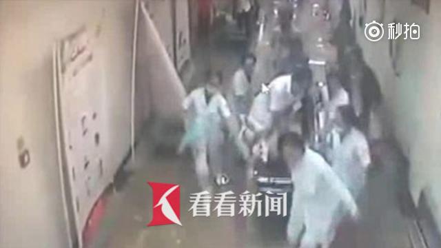 病人候诊突发急症吐血 护士跪在移动病床做心肺复苏抢回一命