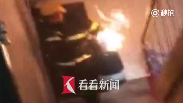 居民楼发生火灾 消防员徒手拎喷火煤气罐狂奔几十秒