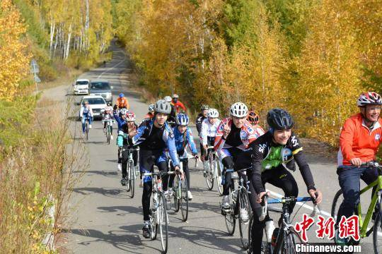 图为自驾骑行爱好者在俄罗斯境内骑行。 呼伦贝尔旅发委供图