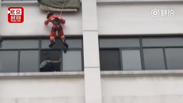 """学生欲跳楼轻生 """"空降""""消防官兵一脚将其踹回"""