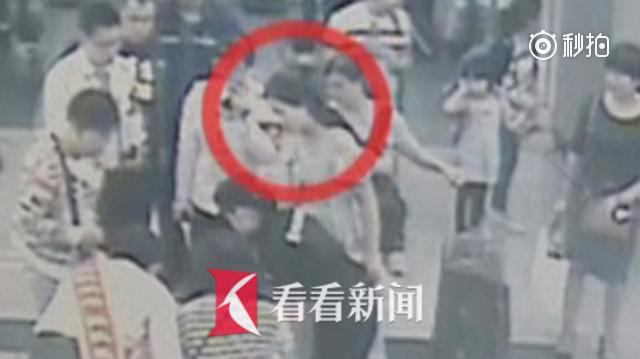 """4岁男童地铁站高烧抽搐失去知觉 """"白衣天使""""紧急护理"""