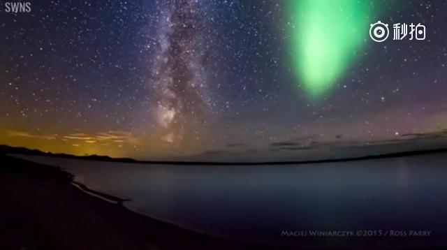 摄影师在拍流动的银河时,恰巧一道极光闪过,璀璨的银河和耀眼的极光交织在一...