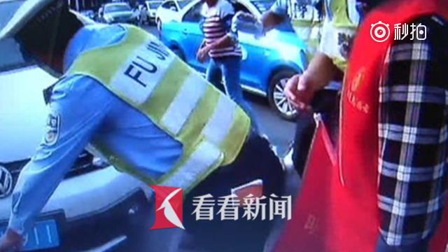 两车相撞女子被压车底 民警群众合力抬车将其救出
