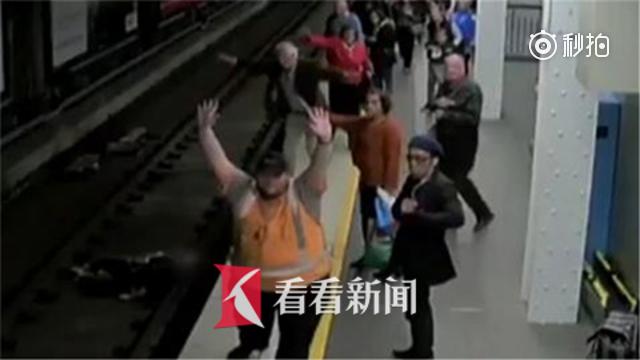 列车进站男子却跌入铁轨 热心乘客舍身跳下营救