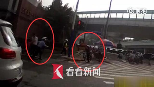 """女子骑车险些在路口后翻 """"超人""""民警仅用1秒飞奔上去扶住孩子"""