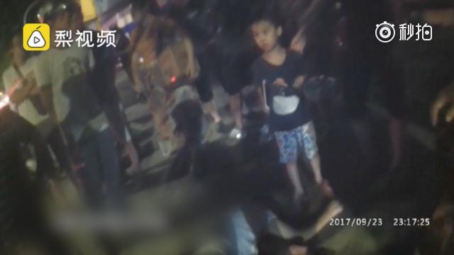 广西河池一父亲醉酒睡路边 5岁儿子在一旁守候