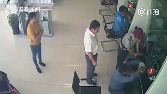 乞讨老人携千元硬币到银行换钱 柜台小伙花70分钟清点兑换