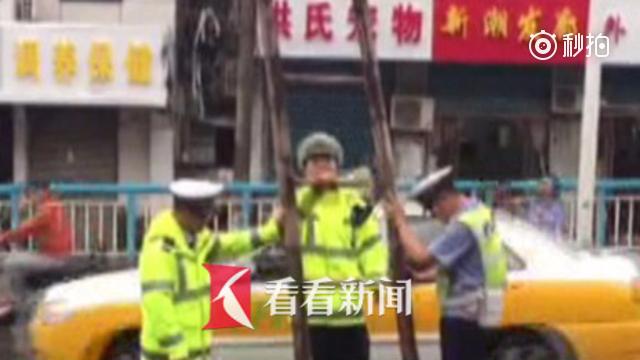 交警大雨中托举脱落电缆线2小时 热心市民送姜汤给交警暖身