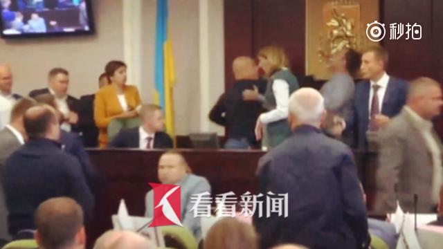 """乌克兰基辅地方议会上演""""一拳KO"""" 议员面部被打骨折"""
