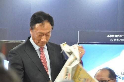 郭台铭怒撕报道鸿海收购东芝的报纸