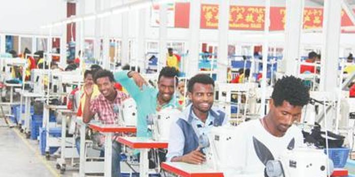 埃塞俄比亚青年正在首都亚的斯亚贝巴郊区的华坚国际轻工业园内工作。本报记者 李志伟摄