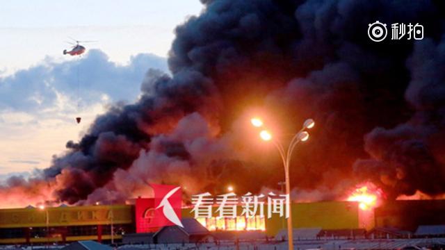 """莫斯科一建材市场突发大火 出动三架""""卡-32""""型消防直升机灭火"""