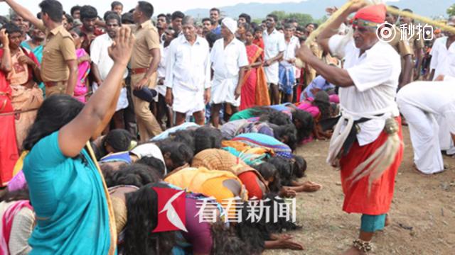 """印度2000名女子排队5小时 跪求鞭打""""净化邪恶灵魂"""""""
