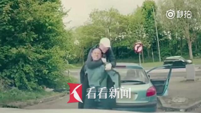 两男子下车殴打后车司机却遇上格斗选手 下场很惨……