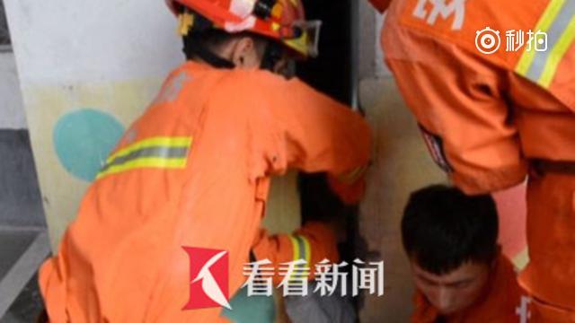 六岁女童玩耍时头部卡进墙缝中 消防员拆墙浇油将其救出