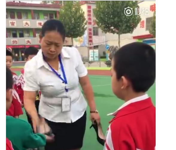 脱高跟鞋打学生,女老师被解聘冤吗?