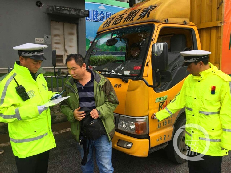 江北交巡警半月查处重点交通违法行为两千多起