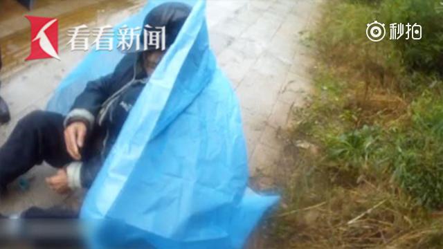 """老人雨中摔倒无法动弹 民警拿出防暴盾牌充当""""人肉雨伞"""""""