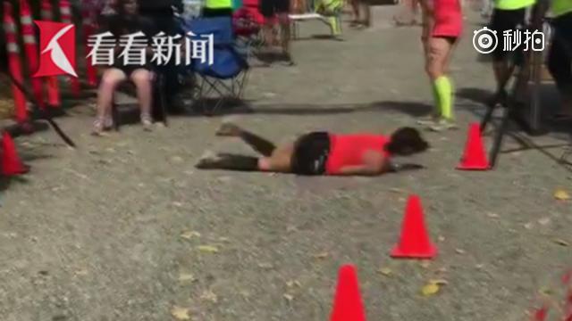 """女子跑马拉松体力不支不慎摔倒 破皮流血坚持""""滚""""到终点"""