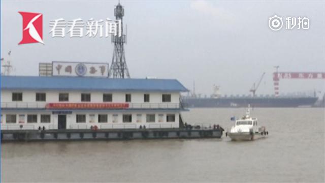江面风急浪高货运船疑违规出航沉没 搜救队火速出动12分钟救出2人