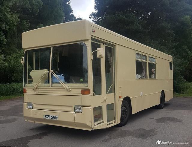 夫妻将破公交变成了豪华房车