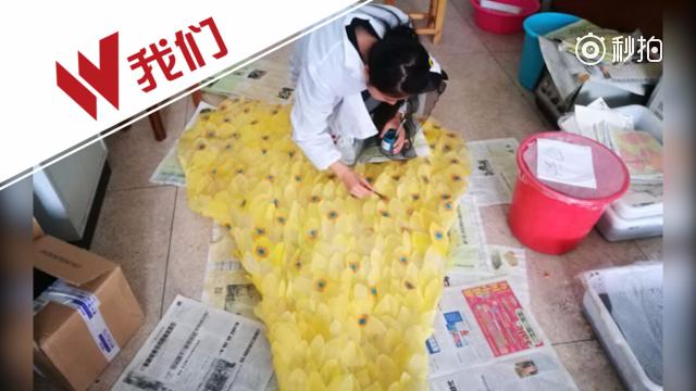 女大学生用6000片树叶制成一件晚礼服 网友:厉害了