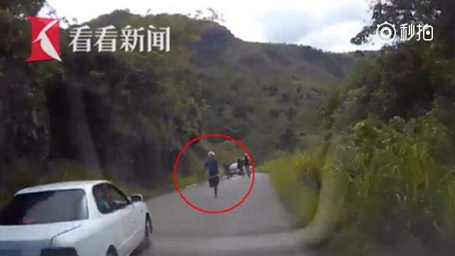 澳洲夫妇带俩娃野餐遭遇拦路抢劫 急中生智高速倒车脱困
